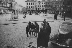 Hulpverlening vlak na het bombardement. Grote Markt. Fotocollectie Regionaal Archief Nijmegen.