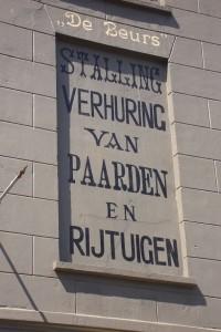 In-eer-herstelde-reclame-uiting-in-de-Lange-Hezelstraat.-klein